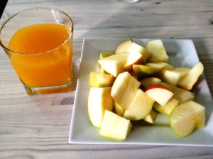 Quick breakfast of 2 apples + mango juice.