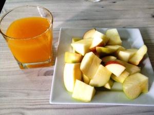 Quick breakfast of 2 apples + mango juice.